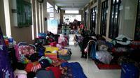 Pengungsi korban banjir ditampung di masjid kawasan Periuk, Kota Tangerang, Banten. (Pramita Tristiawati/Liputan6.com)