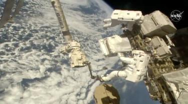Dua astronaut melakukan misi spacewalk di luar Stasiun Antariksa Internasional (ISS) untuk memperbaiki detektor partikel kosmis. (NASA)