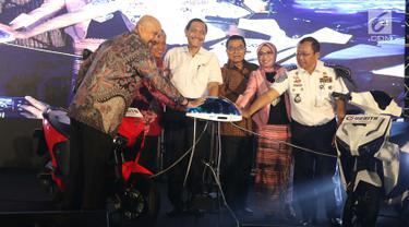 Menteri Koordinator Bidang Kemaritiman, Luhut Binsar Panjaitan (tengah) saat meresmikan gelaran Indonesia Electric Motor Show (IEMS) 2019 di Jakarta, Rabu (4/9/2019). IEMS 2019 merupakan pameran khusus kendaraan listrik pertama di Indonesia yang digelar BPPT. (Liputan6.com/Helmi Fithriansyah)