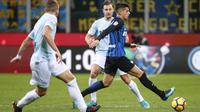 Bek Inter Milan, Joao Cancelo, berusaha melewati pemain Lazio pada laga Serie A, Italia, di Stadion Giuseppe Meazza, Milan Sabtu (30/12/2017). Inter Milan ditahan imbang 0-0 oleh Lazio. (AP/Antonio Calanni)