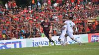 Pemain PSM Makassar, Eero Markkanen (kiri) pada laga kontra Kalteng Putra di Stadion Andi Matalatta, Makassar, Minggu (3/2/2019). (Bola.com/Abdi Satria)