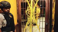 Pintu masuk Queen Club Pekanbaru disegel setelah izinnya dicabut karena kedapatan jual narkoba. (Liputan6.com/M Syukur)