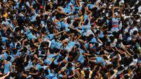 Umat Hindu membentuk piramida manusia untuk mencapai dan memecahkan dahi-handi (pot yang terbuat dari tanah liat) selama Festival Janmashtami di Mumbai, India pada 24 Agustus 2019. Festival ini menandai kelahiran dewa Krishna. (AP Photo/Rajanish Kakade)