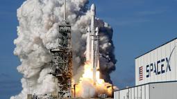 Roket terkuat di dunia milik SpaceX, Falcon Heavy lepas landas di Kennedy Space Center di Florida (6/2). Roket Falcon Heavy meluncur ke antariksa membawa Tesla Roadster milik bos SpaceX, Elon Musk, menuju orbit terdekat planet Mars.(AP Photo / John Raoux)