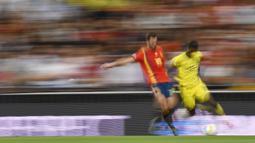 Gelandang Spanyol, Fabian Ruiz, berebut bola dengan striker Swedia, Alexander Isak, pada laga Kualifikasi Piala Eropa 2020 di Stadion Santiago Bernabeu, Madrid, Senin (10/6). Spanyol menang 3-0 atas Swedia. (AFP/Oscar Del Pozo)