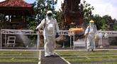 Petugas PMI Kota Tangerang melakukan penyemprotan disinfektan di Pura Kerta Jaya, Tangerang, Banten, Rabu (3/6/2020). Penyemprotan tersebut dilakukan untuk mensterilkan tempat ibadah yang menurut rencana akan kembali dibuka di masa pandemi virus corona COVID-19. (Liputan6.com/Angga Yuniar)