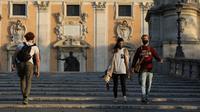 Sejumlah orang yang mengenakan masker berjalan di Roma, Italia, 10 November 2020. Kasus COVID-19 di Italia menembus angka satu juta pada Rabu (11/11), menurut statistik resmi Kementerian Kesehatan Italia. (Xinhua/Cheng Tingting)