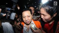 Terdakwa dugaan korupsi E-KTP, Setya Novanto menerobos kerumunan pewarta usai menjalani pemeriksaan di Gedung KPK, Jakarta, Selasa (20/2). Dia diperiksa sebagai saksi untuk tersangka Anang Sugiana Sudihardjo. (Liputan6.com/Helmi Fithriansyah)