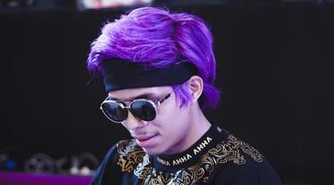 Sebagai YouTuber nomor satu di Asia, penampilan menjadi salah satu hal yang kerap diubah oleh Atta Halilintar. Meski masih setia dengan headband di kepala, warna rambutnya kerap berganti-ganti warna. Salah staunya ia pernah menjajal warna ungu. (Liputan6.com/IG/@attahalilintar)