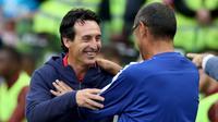 Pelatih Arsenal Unai Emery (kiri) dan Pelatih Chelsea Maurizio Sarri saling menyapa sebelum pertandingan International Champions Cup (ICC) di Stadion Aviva di Dublin (1/8). Arsenal menang atas Chelsea lewat adu penalti 6-5. (AFP Photo/Paul Faith)