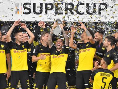 Para pemain Dortmund merayakan gelar juara Piala Super DFL setelah mengalahkan Bayern Munchen di Stadion Signal Iduna, Dortmund, Sabtu (3/8). Dortmund menang 2-0 atas Munchen. (AFP/Ina Fassbender)