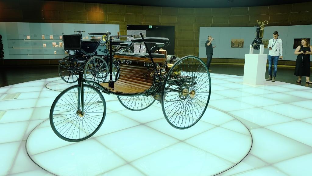 Benz Patent-Motorwagen, koleksi tertua di Mercedes-Benz Museum. Mobil tua ini dibuat tahun 1885, dan dikenal sebagai automovile pertama di dunia. Mobil ini dilengkapi mesin 954 cc satu silinder bertenaga 2 sampai 3 Tk. (Foto: Rio/Liputan6).