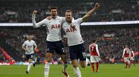 Penyerang Tottenham Harry Kane (kanan) dan Dele Alli merayakan gol ke gawang Arsenal pada laga Liga Inggris di Wembley, Sabtu (10/2/2018). (AFP/Adrian Dennis)