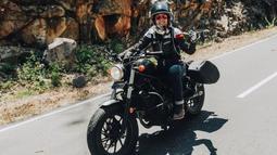 Wanita yang pernah meraih Piala Citra ini tampil keren dan menawan dengan motor gede kesayangannya. (Liputan6.com/IG/@prisia)
