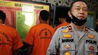 Kepala Polsek Bukitraya Kompol Bainar dan tiga tersangka penganiaya penjual nanas (baju orange) di Pekanbaru. (Liputan6.com/M Syukur)
