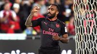 Striker Arsenal Alexandre Lacazette mencetak gol melawan Sydney FC pada laga ujicoba di Stadion ANZ, Sydney, Kamis (13/7/2017). (AFP/William West)