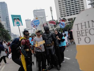 Massa yang tergabung dalam Siber Kreasi mengadakan kampanye anti hoax saat Car Free Day di Sudirman, Jakarta, Minggu (9/12). Siber Kreasi mengajak masyarakat untuk lebih cermat dalam membaca dan menyebarkan berita di medsos. (Liputan6.com/Faizal Fanani)