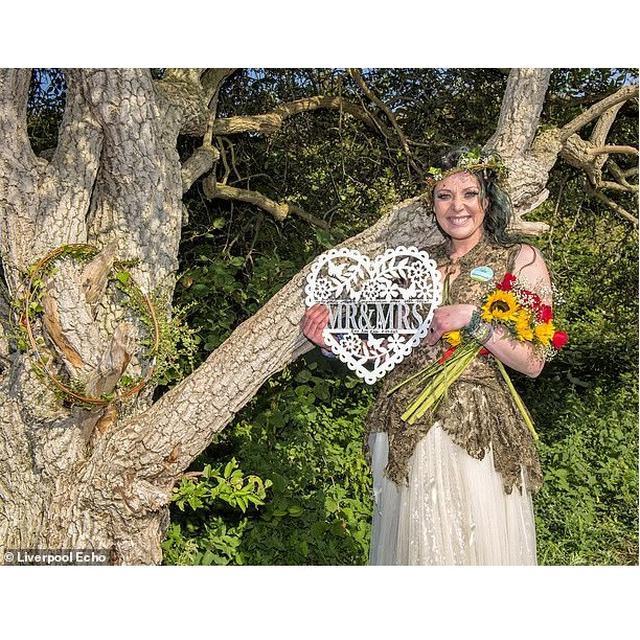 Kisah Wanita Ini Menikah Dengan Pohon Viral