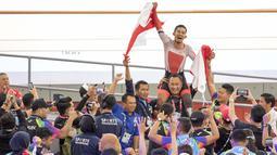 Selebrasi M Fadli pebalap sepeda Indonesia yang meraih medali emas di nomor 4000 meter Individual Pursuit C4 di Velodrome Rawamangun, Jakarta,  Jumat (11/10/2018). (Bola.com/Peksi Cahyo)