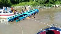 Speedboat dengan nama Antasena terbalik di perairan pulau tiga pada Kamis (2/7/2020) siang. (foto: istimewa)