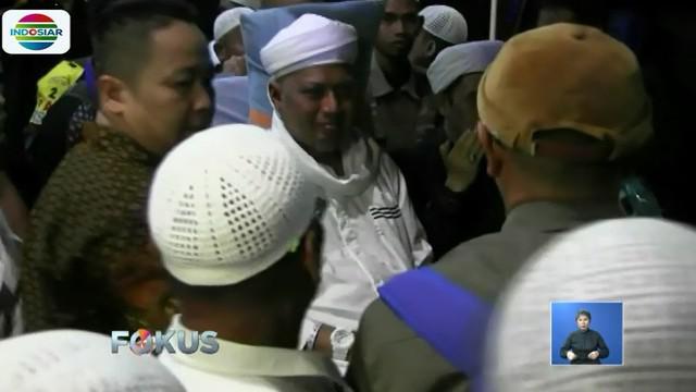 Ustaz Arifin Ilham telah terbaring sakit di RSCM Kencana sejak 5 Januari lalu. Saat dirawat sejumlah tokoh datang membesuk.