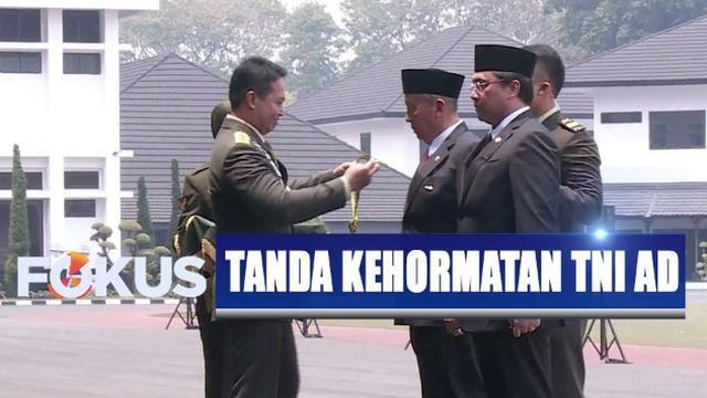 Prosesi penyematan penghargaan dipimpin langsung oleh KSAD Jenderal TNI Andika Perkasa.