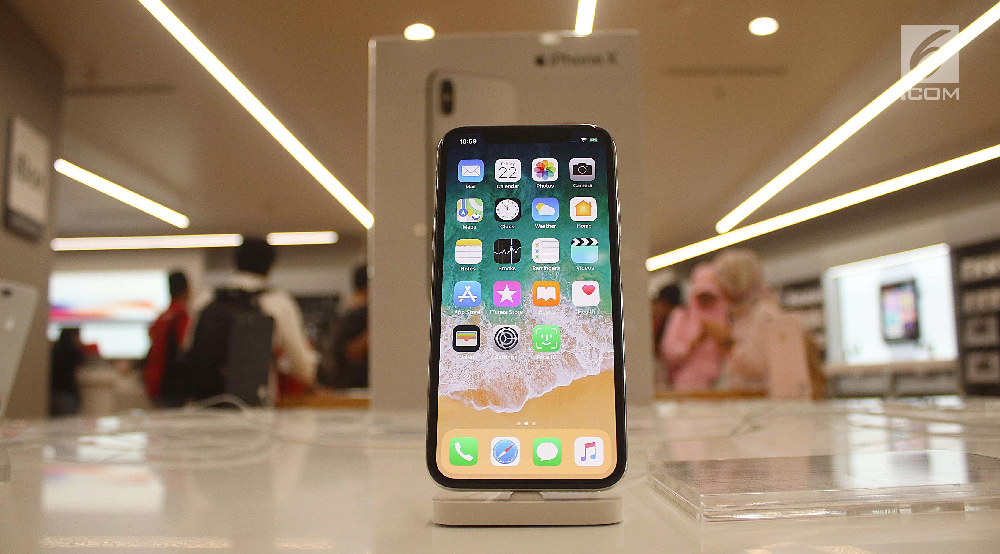 Sebuah iPhone X terbaru dipajang di gerai iBox, Central Park, Jakarta, Jumat (22/12). iPhone 8, iPhone 8 Plus, dan iPhone X dijual dengan harga 15 hingga 20 juta rupiah tergantung kapasitas memori. (Liputan6.com/Angga Yuniar)