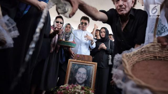Nafa Urbach mengungkapkan kesedihannya atas meninggalnya putra ketiga Ahmad Albar, Faldy Albar. Faldy diketahui merupakan sahabat Nafa sejak kecil.