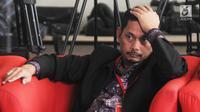 Direktur PT Industri Telekomunikasi Indonesia (INTI) Darman Mappangara berada di ruang tunggu KPK untuk menjalani pemeriksaan, Jakarta, Kamis (5/9/2019). Darman diperiksa sebagai saksi kasus dugaan suap proyek pengadaan pekerjaan baggage handling system (BHS) di 6 bandara. (merdeka.com/Dwi Narwoko)