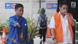 Hakim Pengadilan Negeri Jakarta Selatan, Irwan (kanan) tiba untuk pemeriksaan di Gedung KPK, Jakarta, Jumat (14/12). Irwan  menjalani pemeriksaan perdana sebagai tersangka kasus dugaan suap penanganan perkara perdata di PN Jaksel (Merdeka.com/Dwi Narwoko)