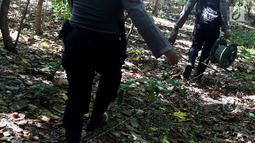 Satuan Brimob Detasemen Gegana Polda Metro Jaya bersiap melakukan giat disposal bom militer di tengah laut, Jumat (8/12). Kegiatan ini merupakan tindak lanjut dari penemuan granat dan mortir yang ditemukan oleh warga. (Liputan6.com/JohanTallo)