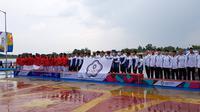Tim Traditional Boat Race putra Indonesia saat prosesi pengalungan medali Asian Games 2018 di Palembang, Senin (27/8/2018). (Bola.com/Riskha Prasetya)
