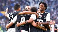 Para pemain Juventus merayakan gol yang dicetak oleh Aaron Ramsey ke gawang Verona pada laga Serie A di Stadion Juventus, Sabtu (21/9/2019). Juventus menang 2-1 atas Verona. (AP/Alessandro Di Marco)