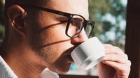 Ilustrasi pria minum kopi (Dok.Unsplash)