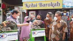 PT. Asuransi Kredit Indonesia (Askrindo), Anggota Holding Perusahaan Asuransi dan Penjaminan, Indonesia Finansial Grup (IFG) memberikan bantuan CSR kepada alumni program kartu prakerja berupa mesin pemarut singkong, showcase, kulkas, dan meja kursi di Kota Bogor. (Liputan6.com/HO/Askrindo)