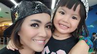 Potret kebahagiaan Denada bersama anaknya Shakira. (Instagram/hakiraaurum)