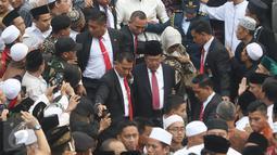 Wapres Jusuf Kalla menghadiri pemakaman Mantan Ketua Umum PBNU KH Hasyim Muzadi di Pondok Pesantren Al Hikam, Depok, Kamis (16/3). KH Hasyim Muzadi mengembuskan napas terakhir di usia 72 tahun. (Liputan6.com/Immanuel Antonius)