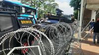Kawat berduri dipasang di di depan akses jalan masuk ke Pengadilan Negeri Jakarta Timur tempat persidangan Rizieq Shihab. (Liputan6.com/Yopi Makkdori)