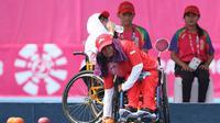 Atlet Lawn Bowls Indonesia, Retnowati Yugia Sibara (Kanan) melemparkan bola dalam babak kualiikasi kelas Tunggal Wanita menghadapi pemain Mella Windasari di Lapangan Hockey Senayan, Minggu (7/10/2018). (Inapgoc/Husni Yamin)