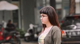 Gaya Syifa Hadju berponi sudah sering terlihat di layar kaca SCTV. Ya, pemilik Zodiak Cancer ini memerankan karakter Olive, seorang perempuan polos dan berpenampilan kutu buku dengan memakai kacamata dan berponi. (Liputan6.com/IG/@syifahadjureal)