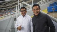 Pemain Timnas Indonesia, Evan Dimas bersama sahabatnya Ibnu Asyir, menonton laga Liga Premier Malaysia antara Felcra FC melawan PDRM di Stadion Shah Alam, Selangor, Jumat (2/2/2018). Kedua klub bermain imbang 1-1. (Bola.com/Vitalis Yogi Trisna)