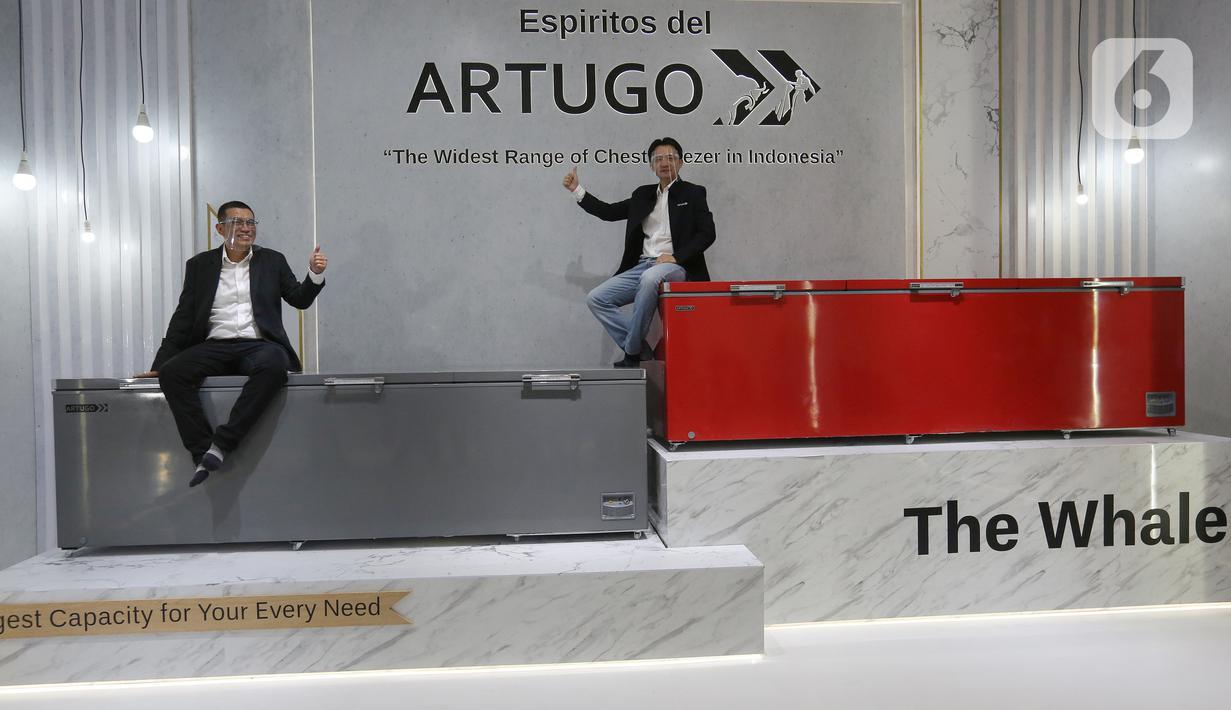 CEO PT Kreasi Arduo Indonesia (ARTUGO) Robert Widjaja (kanan) dan Product Marketing Manager Paul Daniel berpose (kiri) di atas alat pendingin Wide Range Voltage Compressor seri Espiritos del ARTUGO saat peluncuran di Jatake Tangerang, Rabu (04/11/2020). (Liputan6.com/Fery Pradolo)