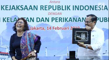 Menteri Kelautan dan Perikanan Susi Pudjiastuti (kiri) memberikan cenderamata kepada Jaksa Agung HM Prasetyo saat serah terima kapal Silver Sea 2 (SS2) di Jakarta, Kamis (14/2). SS2 merupakan kapal sitaan asal Thailand. (Liputan6.com/Immanuel Antonius)