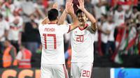 Mehdi Taremi dan Sardar Azmoun merayakan gol Iran ke gawang China. (AFP/Khaled Desouki)
