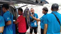 Pemain cadangan Sabah FA berburu merchandise Arema di Stadion Kanjuruhan, Kabupaten Malang, saat mengikuti Piala Gubernur Jatim 2020. (Bola.com/Iwan Setiawan)