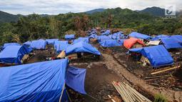 Puluhan bangunan rumah Suku Baduy Luar yang dibangun sementara menggunakan tenda di Kampung Cisaban II, Desa Kanekes, Banten, Kamis (01/6). Mereka mendapat bantuan dari Kemensos untuk membangun rumah mereka yang terbakar. (Liputan6.com/Fery Pradolo)