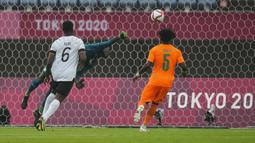Pada menit ke-25 Jerman kembali mendapat peluang lewat sundulan Ragnar Ache usai menerima umpan dari Max Kruse. Namun, bola masih menerpa mistar gawang Jerman yang dijaga Florian Mueller. Hingga babak pertama usai skor masih tetap 0-0. (Foto: AP/Andre Penner)