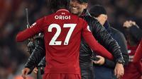 Pemain Liverpool, Divock Origi berpelukan dengan Jurgen Klopp usai pastikan kemenangan kontra Everton dalam laga lanjutan Premier League yang berlangsung di stadion Anfield, Inggris, Minggu (2/12). Liverpool menang 1-0 atas Everton. (AFP/Oli Scarff)