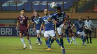 Pemain Persib Bandung, Wander Luiz (depan) menyundul bola bola saat melawan PSM Makassar dalam laga pekan ke-6 BRI Liga 1 2021/2022 di Stadion Wibawa Mukti, Cikarang, Sabtu (02/10/2021) WIB. Kedua tim bermain imbang 1-1. (Bola.com/Bagaskara Lazuardi)