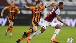 Pemain West Ham United, Sebastien Haller, berusaha melewati pemain Hull City, Richard Smallwood, pada laga Piala Liga Inggris di Stadion London, Rabu (23/9/2020). West Ham menang dengan skor 5-1. (AP/Alastair Grant, Pool)